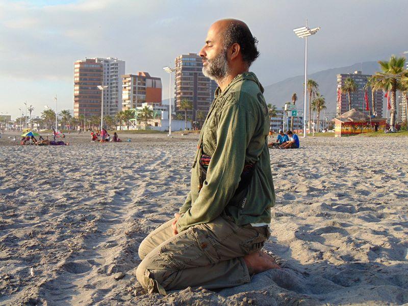 Meditando-en-la-playa