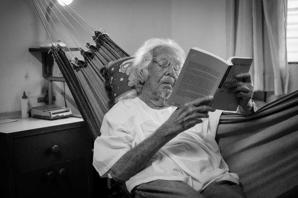 Ernesto Cardenal leyendo