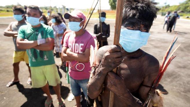 Indígenas de los grupos étnicos YeKuana y Yanomami llegan a Auaris, Brasil, para recibir atención médica de las Fuerzas Armadas JOÉDSON ALVES / EFE